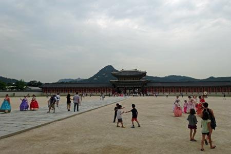 興礼門前の広場