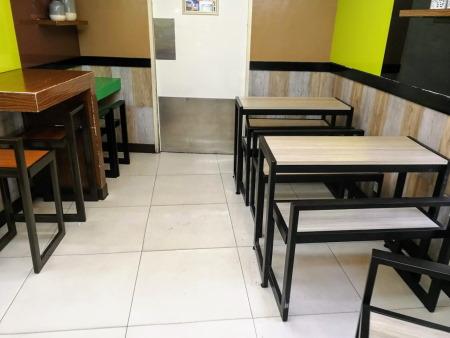 フィリピンのセブンイレブン店内にあるテーブルとベンチ
